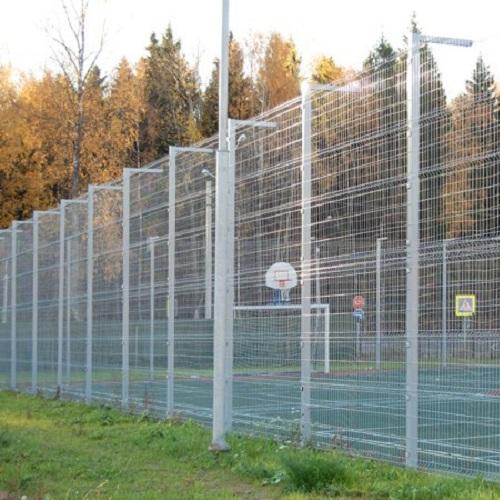 Установка забора из секций высотой от 4 м до 6 м на готовое основание с наконечником и сеткой